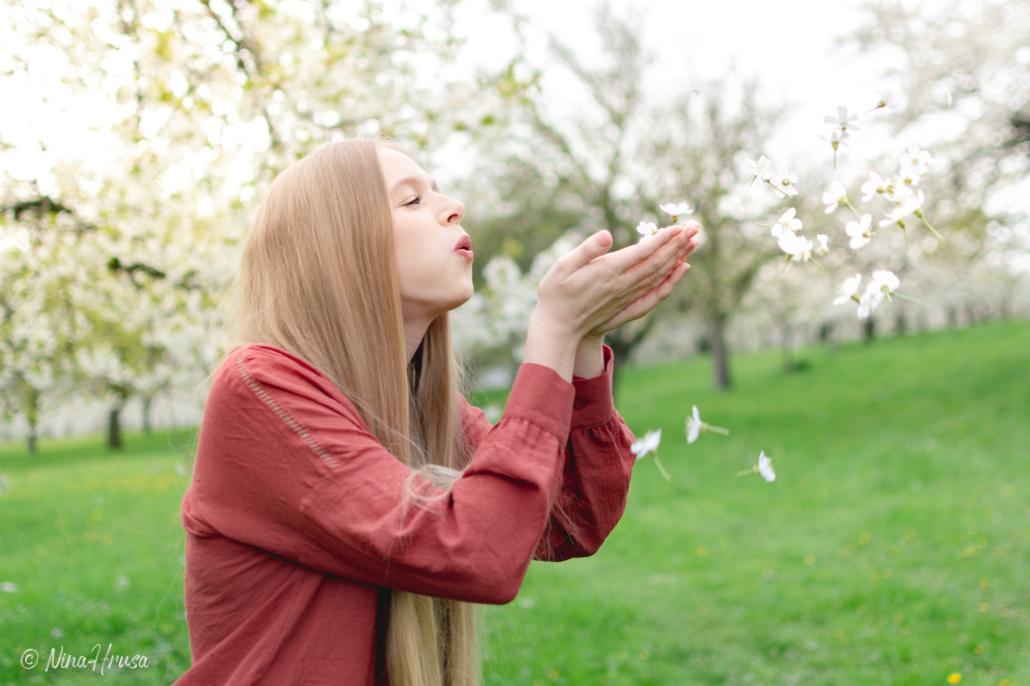Mädchen mit Kirschblüten, Hippie, Porträt, Zwischenmomente | Nina Hrusa Photography