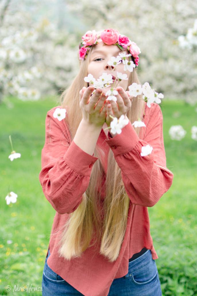 Junge Frau mit Kirschblüten, Hippie, Porträt, Zwischenmomente | Nina Hrusa Photography