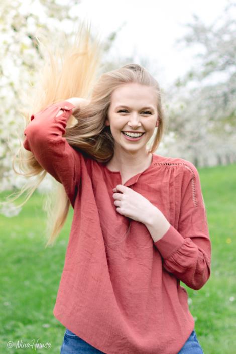 Junge Frau lachend, Porträt, Zwischenmomente | Nina Hrusa Photography