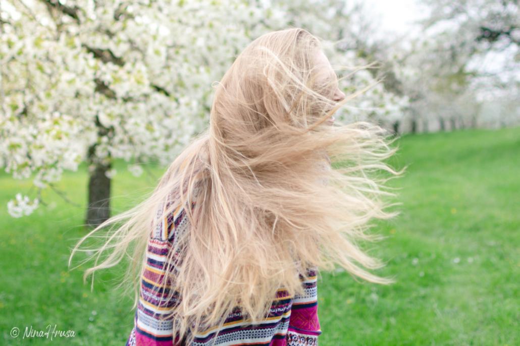 Junges Mädchen, Haare fliegen, Porträt, Zwischenmomente | Nina Hrusa Photography