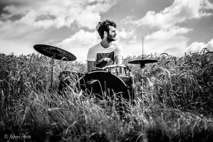 Porträt von Mann am Schlagzeug im Feld, Drums in the field, schwarzweiß, Black and white, Zwischenmomente | Nina Hrusa Photography