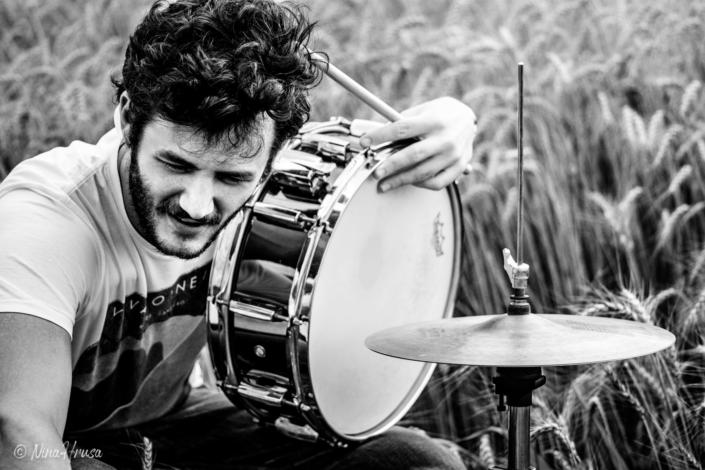 Porträt Mann am Schlagzeug im Feld, Drums in the field, schwarzweiß, Black and white, Zwischenmomente | Nina Hrusa Photography