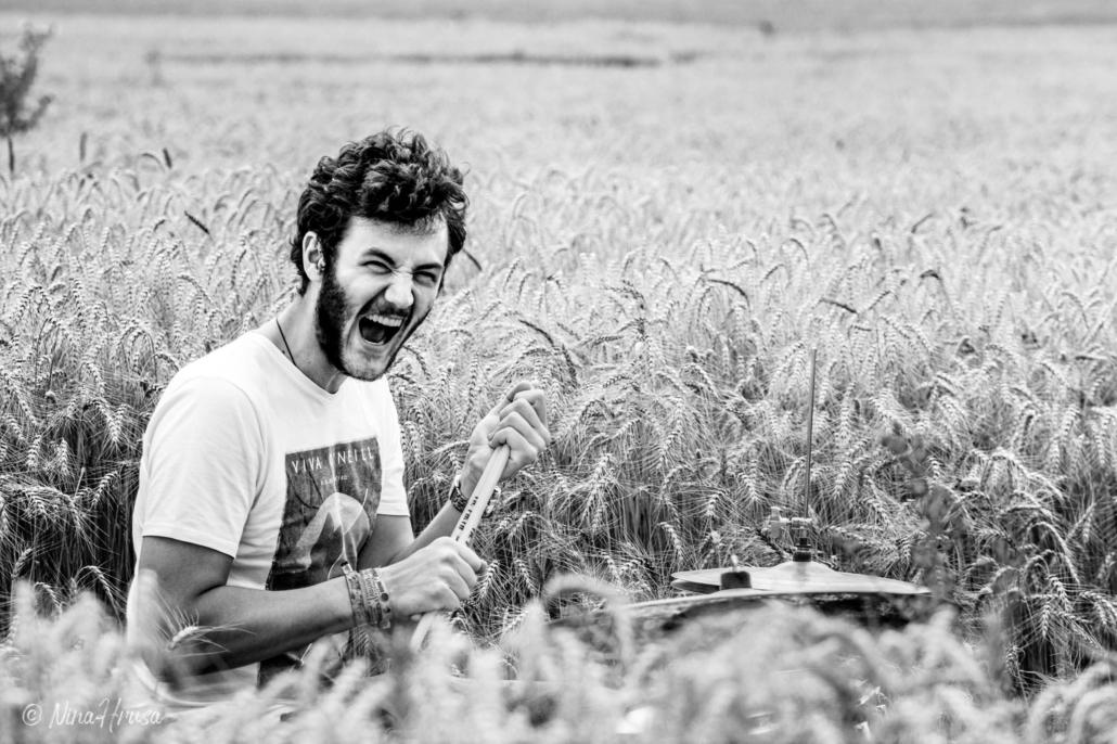 Emotionales Porträt Mann am Schlagzeug im Feld, Drums in the field, schwarzweiß, Black and white, Zwischenmomente | Nina Hrusa Photography