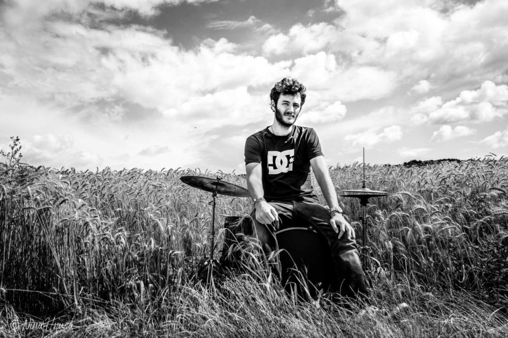 Mann am Schlagzeug im Feld, Drums in the field, schwarzweiß, Black and white, Zwischenmomente | Nina Hrusa Photography