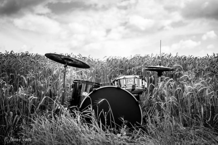 Schlagzeug im Feld, Drums in the field, schwarzweiß, Black and white, Zwischenmomente | Nina Hrusa Photography