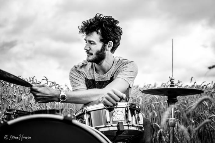 Mann am Schlagzeug im Feld, Drums, schwarzweiss, Zwischenmomente | Nina Hrusa Photography