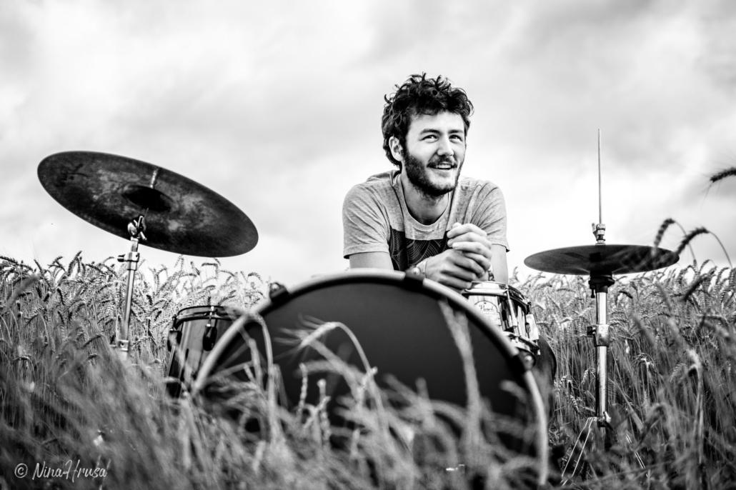 Mann am Schlagzeug im Feld, lachend, Zwischenmomente | Nina Hrusa Photography