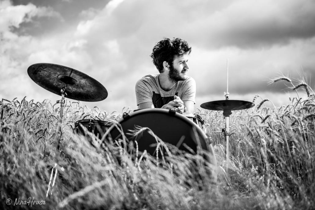 Mann am Schlagzeug im Feld, Schwarzweiss, Zwischenmomente | Nina Hrusa Photography
