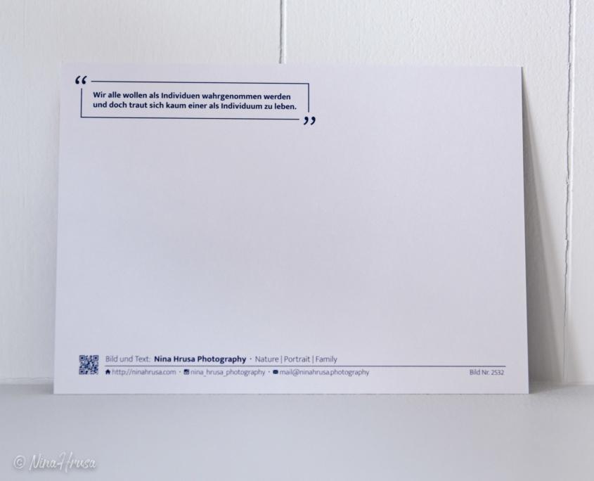 Postkarte Rückseite lächelndes Schaf, Zwischenmomente | Nina Hrusa Photography